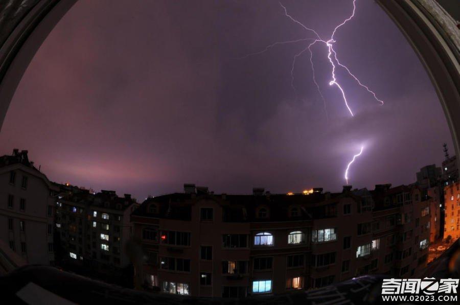 震惊!网友拍下青岛电视塔雷雨中多次被闪电击中画面