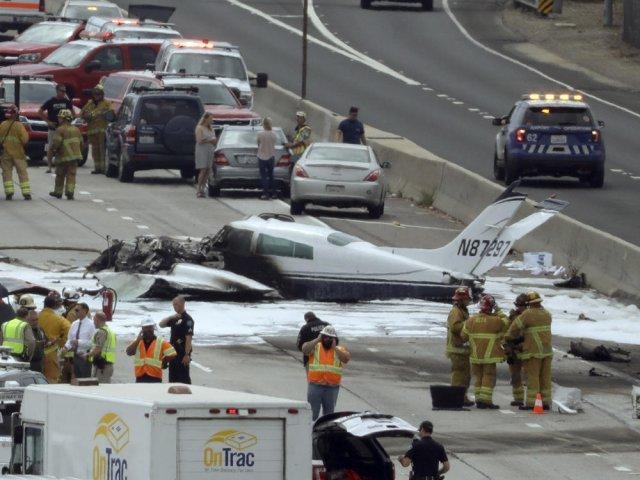据《每日邮报》7月5日报道,上周五,62岁的弗朗西斯和55岁的贾纳皮萨诺夫妇,乘坐他们的私人飞机塞斯纳310在美国加州橘子郡的高速公路上坠毁并与一辆货车相撞。事故发生后,由于救援及时,这对夫妇只是受了伤,并没有生命危险,他们的孩子们发表声明,感谢那些帮助他们父母度过这场灾难的人们。    双引擎塞斯纳310是第二次世界大战结束后的第一个双发塞斯纳机型,该机型采用翼尖油箱,并用发动机尾气来增加推力。310型于1953年1月3日首飞,1954年投产。    这对夫妇的儿子罗尼(JessePietan