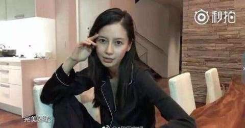 黄晓明和杨颖两人都是素颜出镜,杨颖穿戴玄色的寝衣,身体十分修长.