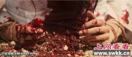 19岁沙特公主私奔被抓住,半个身子被埋在地下,遭围观群众用石块活
