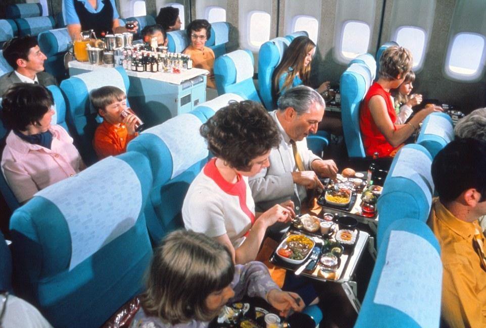 据每日邮报报道,近日北欧航空公司流出一组怀旧照片,图像描绘了1950年到1980年代人们在飞机上用餐的情况。当时飞机为头等舱乘客提供的是,鱼子酱、龙虾、奶油蛋糕等美食。    图为开往挪威的飞机上,空乘正为乘客准备了一只完整的火腿。    今天,那些米饭不像米饭,粥不成粥的飞机餐,成了人们的重点吐槽对象。与图片美味可口的主菜形成鲜明对比。    很明显,在没有恐怖分子的年代,人们并不害怕在高空中挥舞着的菜刀。    意大利腊肠和鲑鱼都被精心地切成片,送到乘客面前。    图为一个戴着大白帽的厨师正在