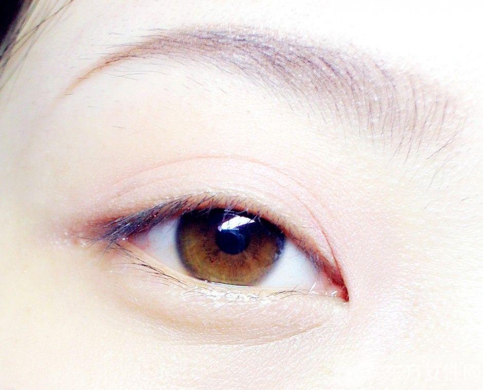 眼睛是心灵的窗口,若窗口长皱纹就变得难看无比了。烦人的眼角皱纹,会阻挡女生走向女神的步伐,那么日常该如何保养,才能去掉眼部的细纹呢?    一:用米饭团去皱   别以为米饭只是用来吃的,其实也能用作眼部周围按摩,轻柔能够把皮肤毛孔内的油脂、污物全部吸出,当看到米饭团从雪白变成油腻污黑,则用清水清洗干净,这样能够使皮肤呼吸通畅,减少皱纹。切记要选用比较软的、温热的米饭团。   二:鸡骨去皱   皮肤的真皮组织绝大部分是由具弹力的纤维所构成,皮肤缺少它就失去了弹性,皱纹也会因此聚集起来。而常常食用鸡皮与