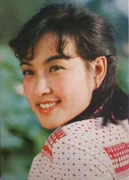 62岁刘晓庆同母异父妹妹曝光 年轻靓丽不输姐姐