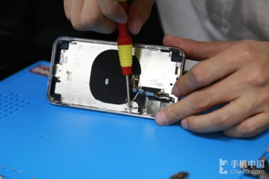 11月3日,蘋果的年度真旗艦iPhone X終於上市。蘋果在2017年總共發佈了三款新手機,但是iPhone 8/8 Plus由於眾所週知的原因,銷量始終不溫不火,電商平臺甚至開始降價促銷。所以蘋果要想力挽狂瀾,只能通過iPhone X來實現。   相信很多人都對蘋果這款年度真旗艦非常感興趣,iPhone X究竟是因為什麼可以賣到8000多元,它的內部結構又有哪些特殊之處,下面通過我們的iPhone X拆機解析一起了解一下。   iPhone X拆解的第一步與其他手機大體相同,將底部兩個螺絲擰下,再使